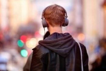 Ergonomía: El uso constante de auricular y celular, es nocivo para la audición